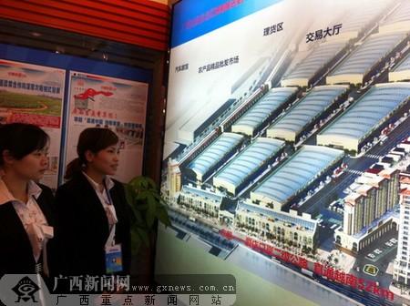 物联港项目的工作人员向记者介绍项目情况。广西新闻网记者 罗莎 摄