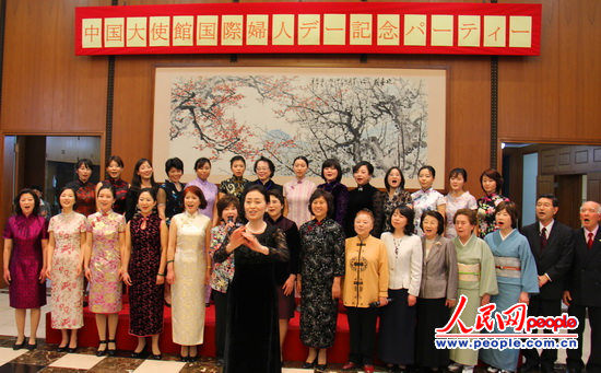 中国驻日本大使夫人汪婉右与日本首相夫人野田仁实左亲切交谈.