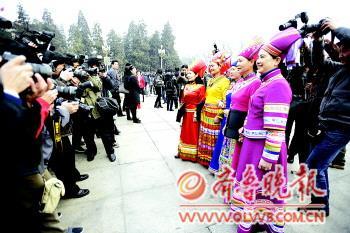 身着鲜亮衣服的少数民族女代表和委员总是能成为焦点。本报特派记者王媛摄