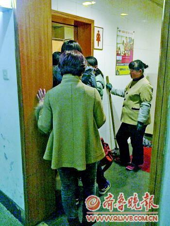 济南/8日15点多,银广女装区一洗手间女厕前排起队来。本报记者殷亚楠...