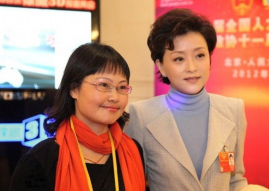 倪萍/同场出席会议的,还有同为央视的主持人杨澜,相对于倪萍大妈的...