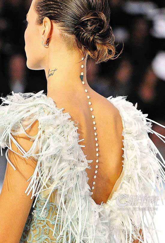 珍珠布满了本季的造型之中-连背脊都出现了珍珠