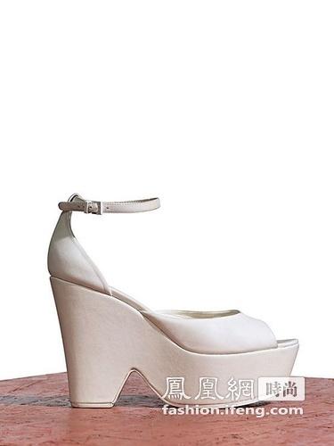 春夏 系列 云南/CéLINE 2012春夏系列鞋履依然是以大热的厚底鞋为主打款式。