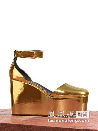 春夏/CéLINE 2012春夏系列鞋履依然是以大热的厚底鞋为主打款式。