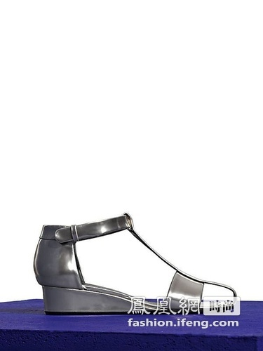 艾熙 春夏/CéLINE 2012春夏系列鞋履依然是以大热的厚底鞋为主打款式。