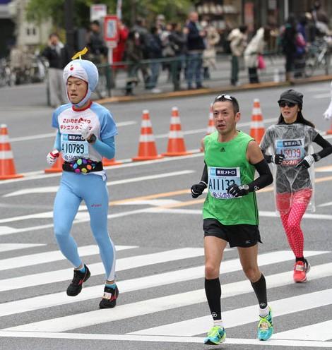 东京/东京马拉松:比卡丘、超级玛丽、机器猫满街跑(组图)