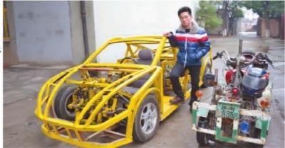 """常德市人民东路一家工厂内,20岁的刘存贵坐在自制的半成品""""跑车""""内"""
