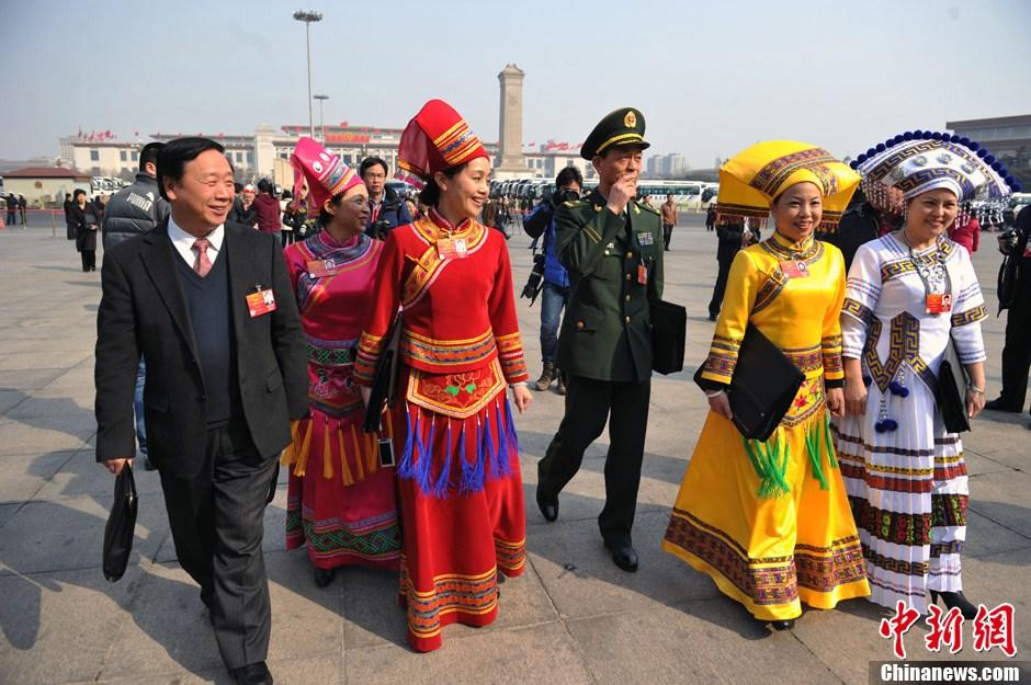 少数名族代表秀民族服装(图)