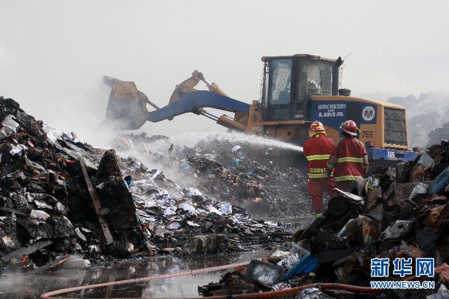 利马 秘鲁/3月9日,在秘鲁首都利马,消防员扑救教育部仓库的大火。