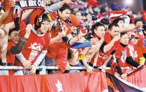 广州恒大在亚冠赛场上的表现,不仅点燃了广州球迷的激情,也感动了深圳球迷。
