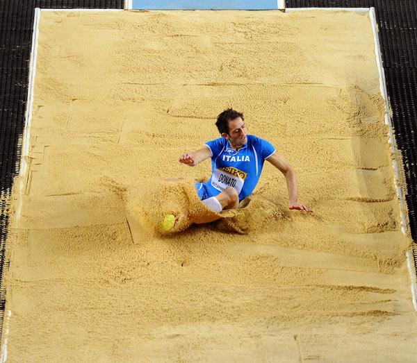 三级跳沙坑_图文:男子三级跳资格赛 梅奥尼多纳托跃进沙坑