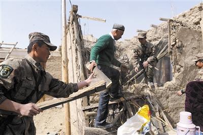 新疆和田军分区官兵赴地震灾区开展救援工作 新华社发