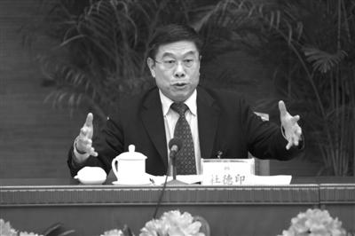 昨日,全国人大代表、北京市人大常委会主任杜德印出席全国人大北京团全体会议。 本报记者 吴江 摄