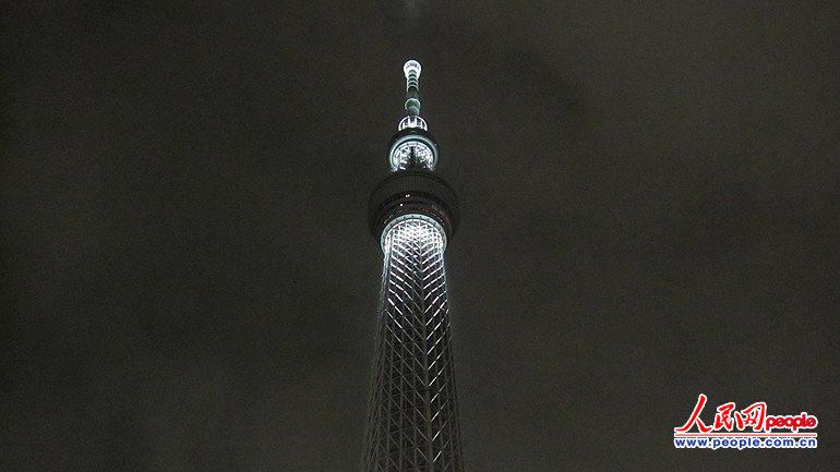 人民网东京3月10日电(记者 赵松)11日是东日本大地震一周年,10日晚间,东京天空树点亮白色荧光灯,纪念大地震中的遇难者。