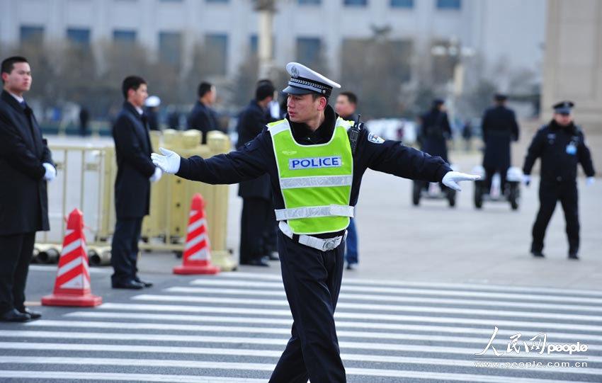 记者抓拍到最酷的警察。