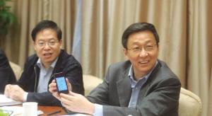 """上海代表团小组审议现场,韩正拿出手机现场介绍""""上海发布""""的情况"""