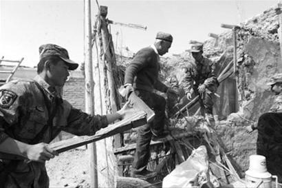 3月10日,和田军分区官兵帮助洛甫县多鲁乡博斯坦村受灾村民托乎提肉孜清理地震掩埋物品