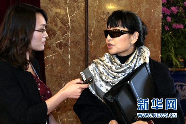 3月11日,全国人大代表、著名歌唱家殷秀梅接受新华网、中国政府网专访时表示,应设立袭警罪,让公安干警得到应有的尊重和保护。新华网记者 杨理光摄
