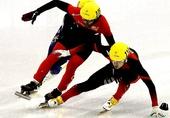 图文:龚秋文男子1000米决赛犯规 冰刀铲倒对手