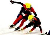 图文:龚秋文男子1000米决赛犯规 用手挡住对手