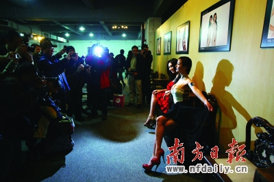 波波人体阴展艺术_昨日,《生命的力量》人体艺术摄影展在南城艺展中心举办,网络红人干
