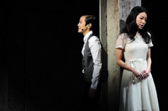《贾宝玉》剧照,何韵诗左在该剧中扮演贾宝玉,一身中性打扮,服装颇为穿越。