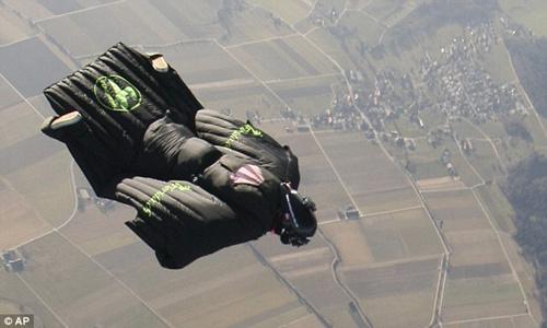 瑞士运动员里莫·朗以自由下落的方式成功飞越阿尔卑斯山区。