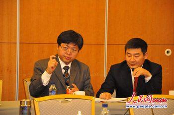 3月5日,全国政协委员、中国聋人协会副主席、中国残联主席团委员于兵(左)在小组讨论会上表达自己对残疾人就业问题的看法,人民网记者曾书柔摄。