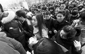 """昨天,""""公考""""现场人头攒动 记者 赵杰 摄"""