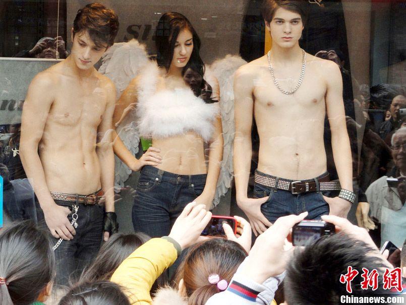苏州/3月11日,江苏苏州市观前街一家服装店请来几名外国模特,半裸...