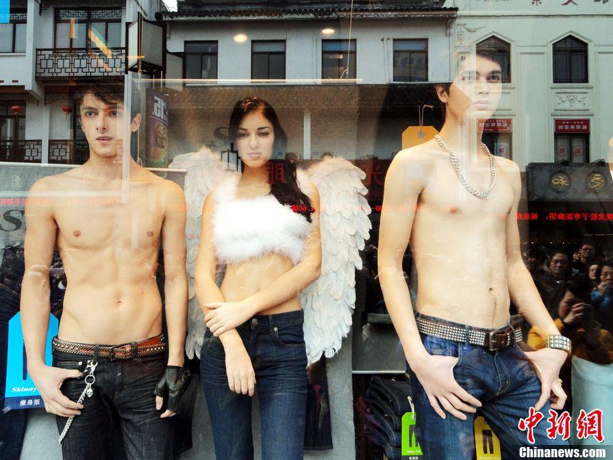 苏州 江苏 观前街/3月11日,江苏苏州市观前街一家服装店请来几名外国模特,半裸...