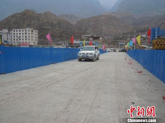 12日,甘肃省道313线自东进入舟曲县城、连接舟曲县城南北两岸的主要咽喉桥梁新瓦厂桥提前通车。