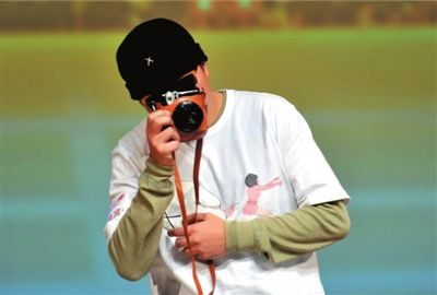 彭浩翔在台上拍起了台下的观众