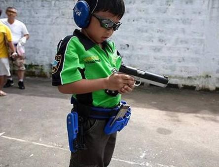 世界上最年轻的实用射手 来自菲律宾的安德烈斯被认为是世界上最年轻的有竞争力的实用射手,年仅六岁。(资料图)