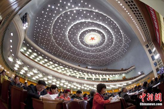 十一届全国人大五次会议3月8日上午在北京人民大会堂举行第二次全体会议。中新社记者 盛佳鹏 摄