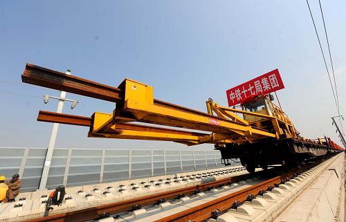 高铁 杭宁/3月13日,铺轨车正在进行轨道铺设。新华社记者徐昱摄
