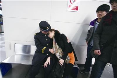 地铁站内突发低血糖 乘客、工作人员纷纷上前