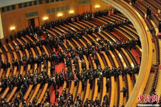 3月8日9时,十一届全国人大五次会议举行第二次全体会议,会议结束后代表们排成人龙,有序退场。中新网记者 金硕 摄