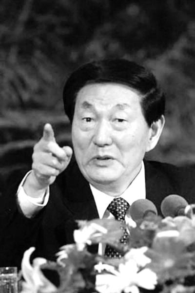 2001年,朱�F基回答中外记者提问。