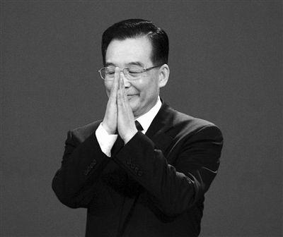 """我们所取得的一切成绩都归功于人民。但是,中国的总理懂得一个道理,就是""""知难不难、迎难而上、知难而进、永不退缩、不言失败""""。2006年"""