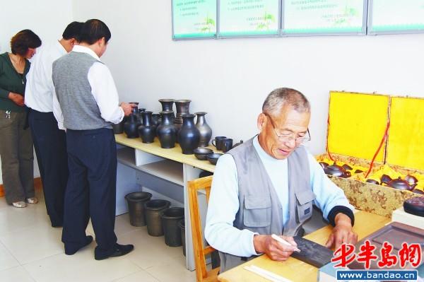 老艺人正在制作黑陶工艺品