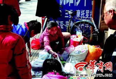 壹小学偏旁的玩意男摊上,卖的邑是些鱼龙搀杂的小玩意 本组图片由见习记者李赢摄