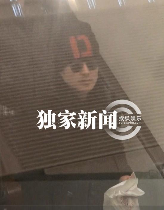 吴秀波/组图:吴秀波伤愈乘火车离京 老婆曝光驾车送行
