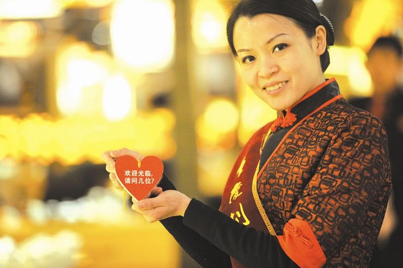 与其他火锅店不同,这家火锅店除经理,领班外,传菜员,迎宾,清洁工等全