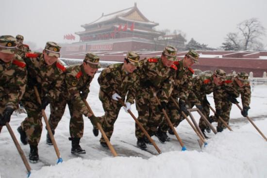 义务扫雪.图片来源:人民武警报-北京武警 让雷锋精神在天安门广场图片