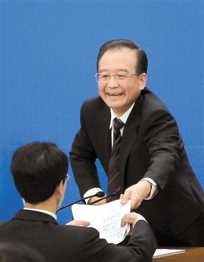 昨日,国务院总理温家宝与中外记者见面并回答记者提出的问题。会后,温家宝将自己的会议记录交给工作人员。本报记者 赵亢 摄
