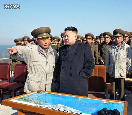 朝鲜人民军最高司令官、朝鲜党和人民的最高领导者金正恩指导朝鲜人民军陆海空军联合打击训练。