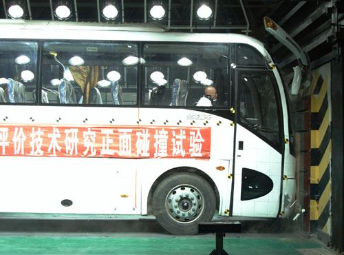 """大金龙完成""""中国客车正面第一碰"""",图为碰撞瞬间"""