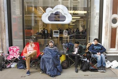 """英国:果粉提前排队抢购苹果""""新iPad""""。图/CFP"""