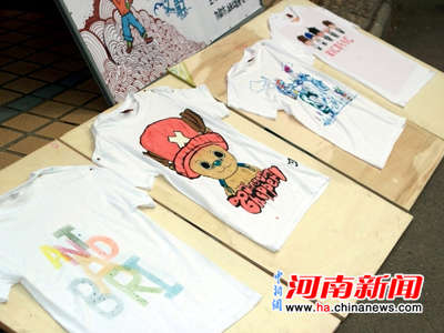 现场手绘t—shirt并将其义卖,以募集资金捐献给希望小学.